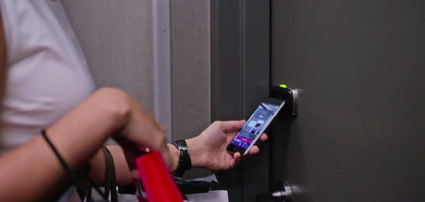 hotelkamer open met smartphone