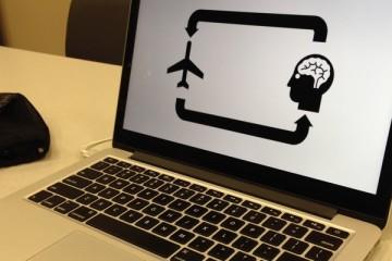 vliegtuig en hoofd op laptopscherm